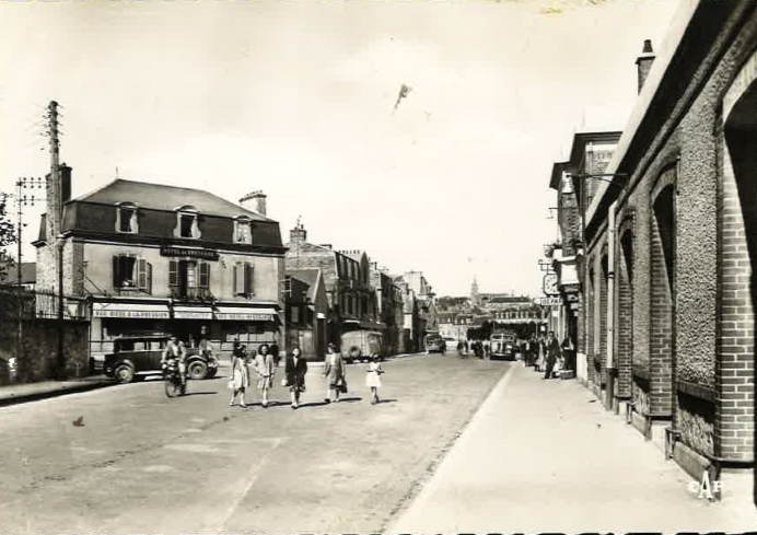 Le café face à l'ancienne gare existe encore aujourd'hui. Aujourd'hui, il est situé à côté du cinéma.
